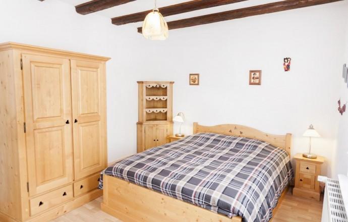Chambre n°1 du gîte du Merle : chaleureuse et claire avec meubles en bois massif