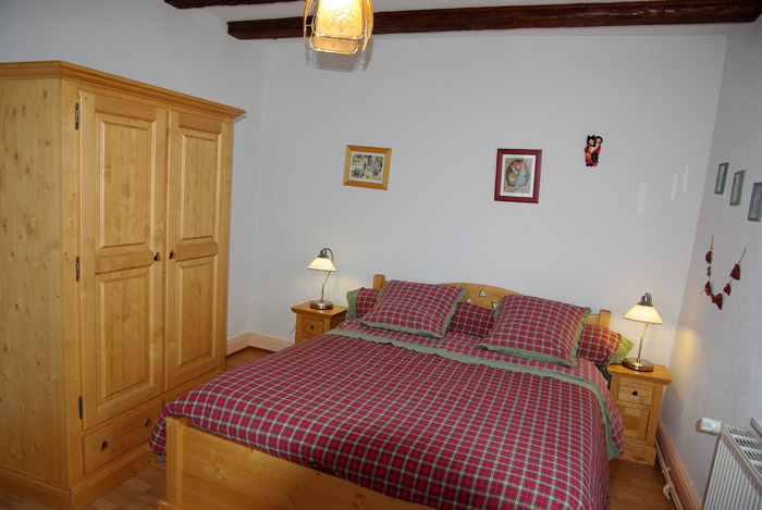 A two-person bedroom pleasant luminous, with a bed for two peoples, furniture in wood