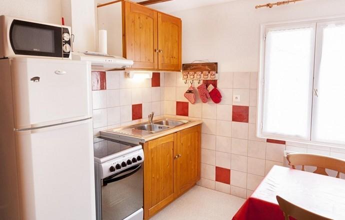Cuisine équipée : réfrigérateur-congélateur, micro-ondes,  cuisinière, lave-linge et toute la vaisselle pour cuisiner